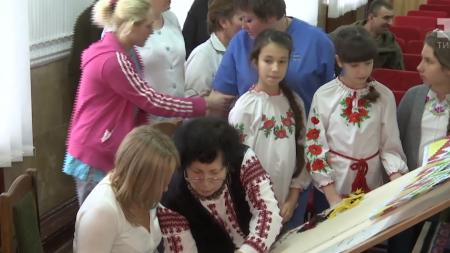 У військовому шпиталі Кропивницького тчуть килим із зображенням мапи України. ВІДЕО