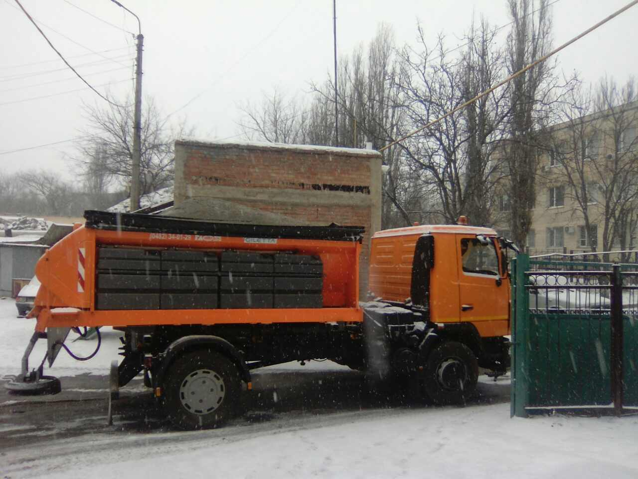 Комунальна техніка виїхала на посипку вулиць Кропивницького. ФОТО - 2 - Життя - Без Купюр