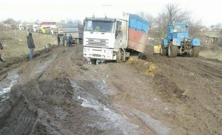 """На розбитій трасі """"Кропивницький-Миколаїв"""" утворився затор із вантажівок. ФОТО"""