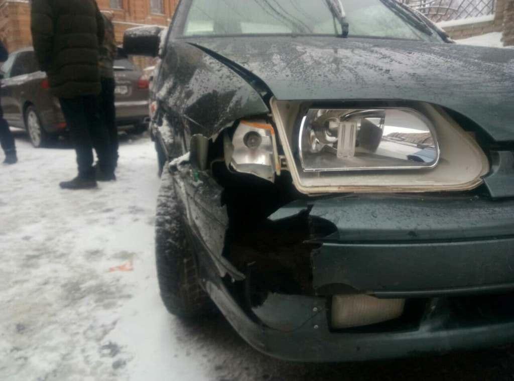 По проспекту Студентському Lanos скотився з парковки й зачепив три автівки 2