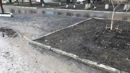 У Кропивницькому понівечили тротуар між вулицями Волкова і Пацаєва, що відремонтували за півтора мільйона. ФОТО