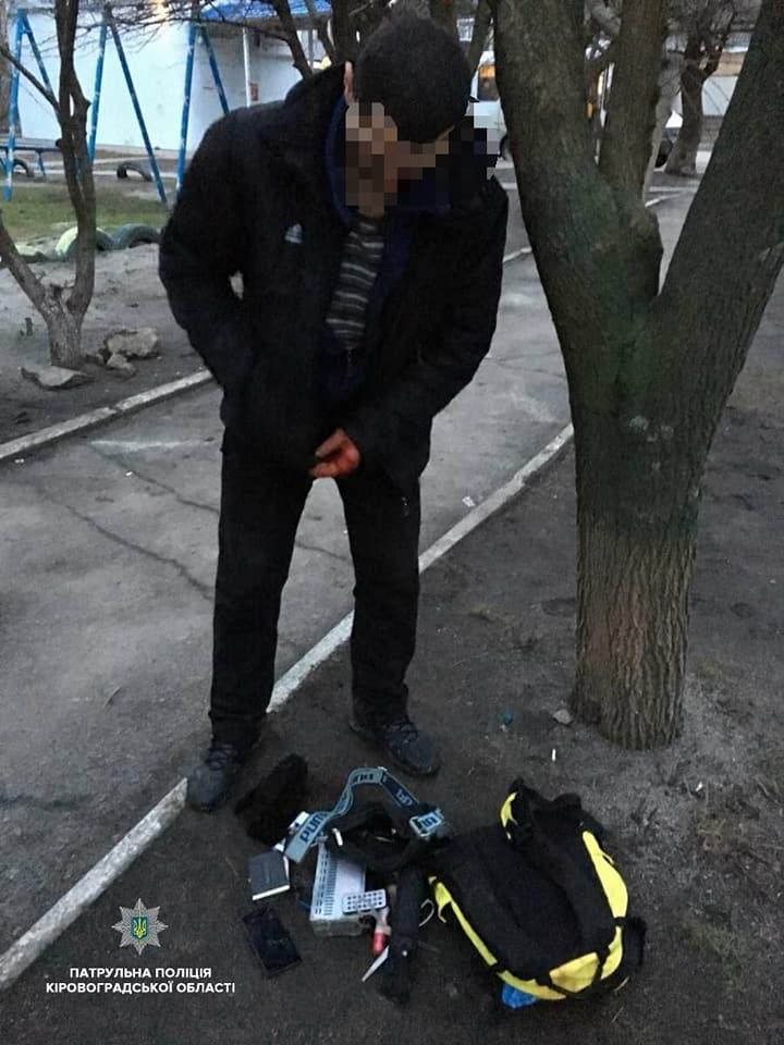 Без Купюр У Кропивницькому поліцейські затримали крадія автомагнітоли на місці злочину. ФОТО Події  Кропивницький крадіжка авто