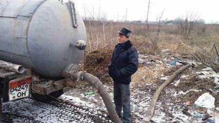 У Кропивницькому на гарячому спіймали чоловіка, який зливав нечистоти неподалік кладовища. ФОТО. ВІДЕО
