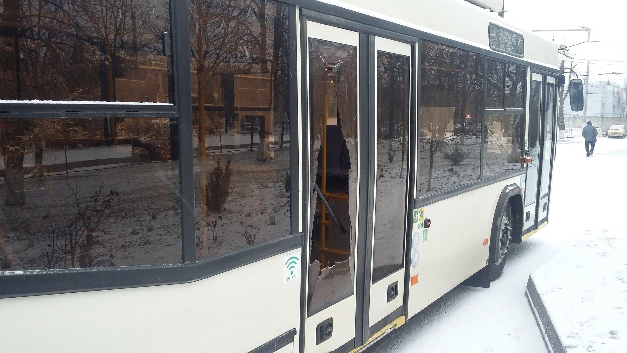 У Кропивницькому розбили скло в тролейбусі, який рухався по маршруту №9. ФОТО - 2 - Життя - Без Купюр