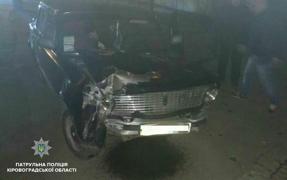 Без Купюр У Кропивницькому водій легкового автомобіля у стані сп'яніння збив електроопору. ФОТО За кермом Події  Кропивницький електроопора ДТП