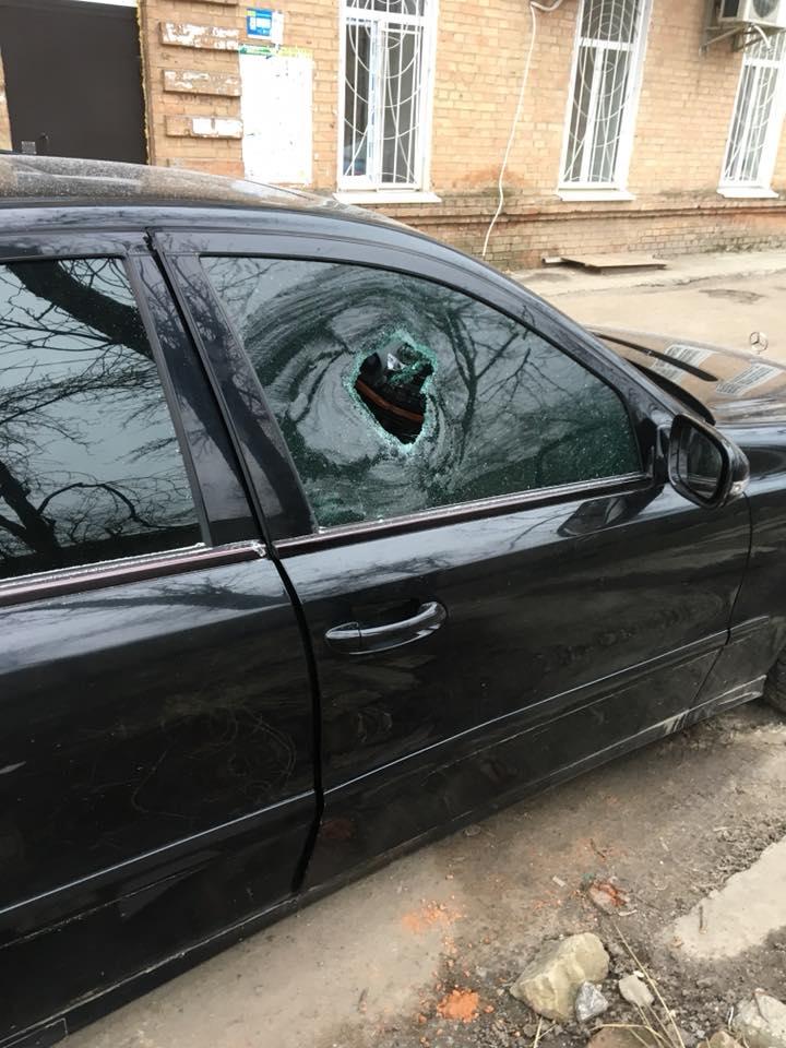 Без Купюр У Кропивницькому вибили скло Mercedes і викрали FM-модулятор. ФОТО Кримінал  Кропивницький Mercedes Benz