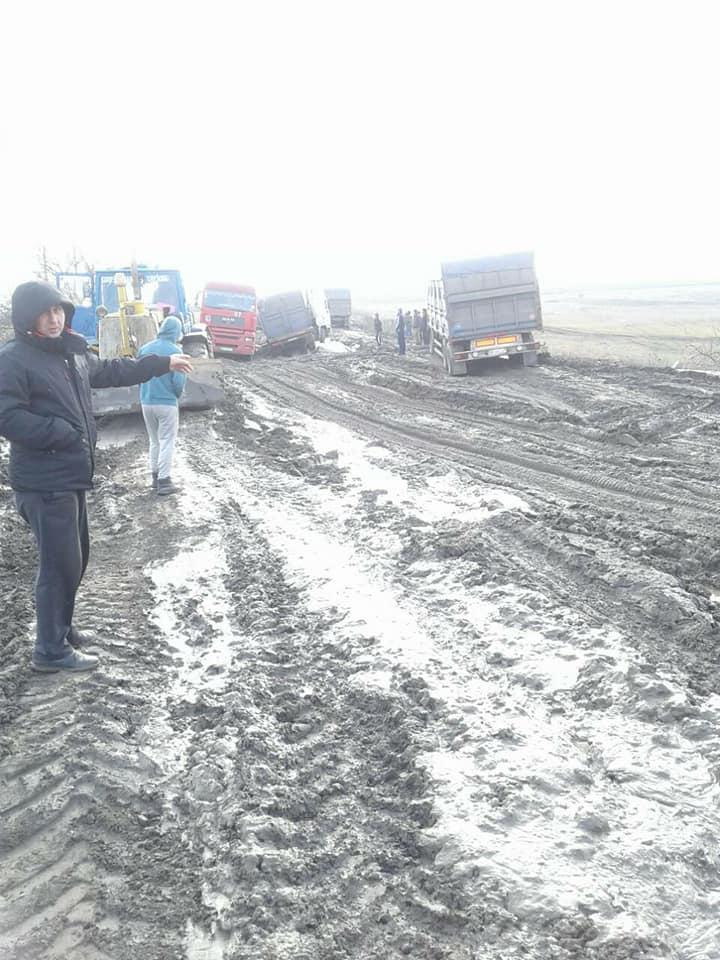 """На розбитій трасі """"Кропивницький-Миколаїв"""" утворився затор із вантажівок. ФОТО 5"""
