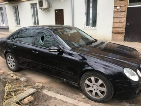 У Кропивницькому вибили скло Mercedes і викрали FM-модулятор. ФОТО