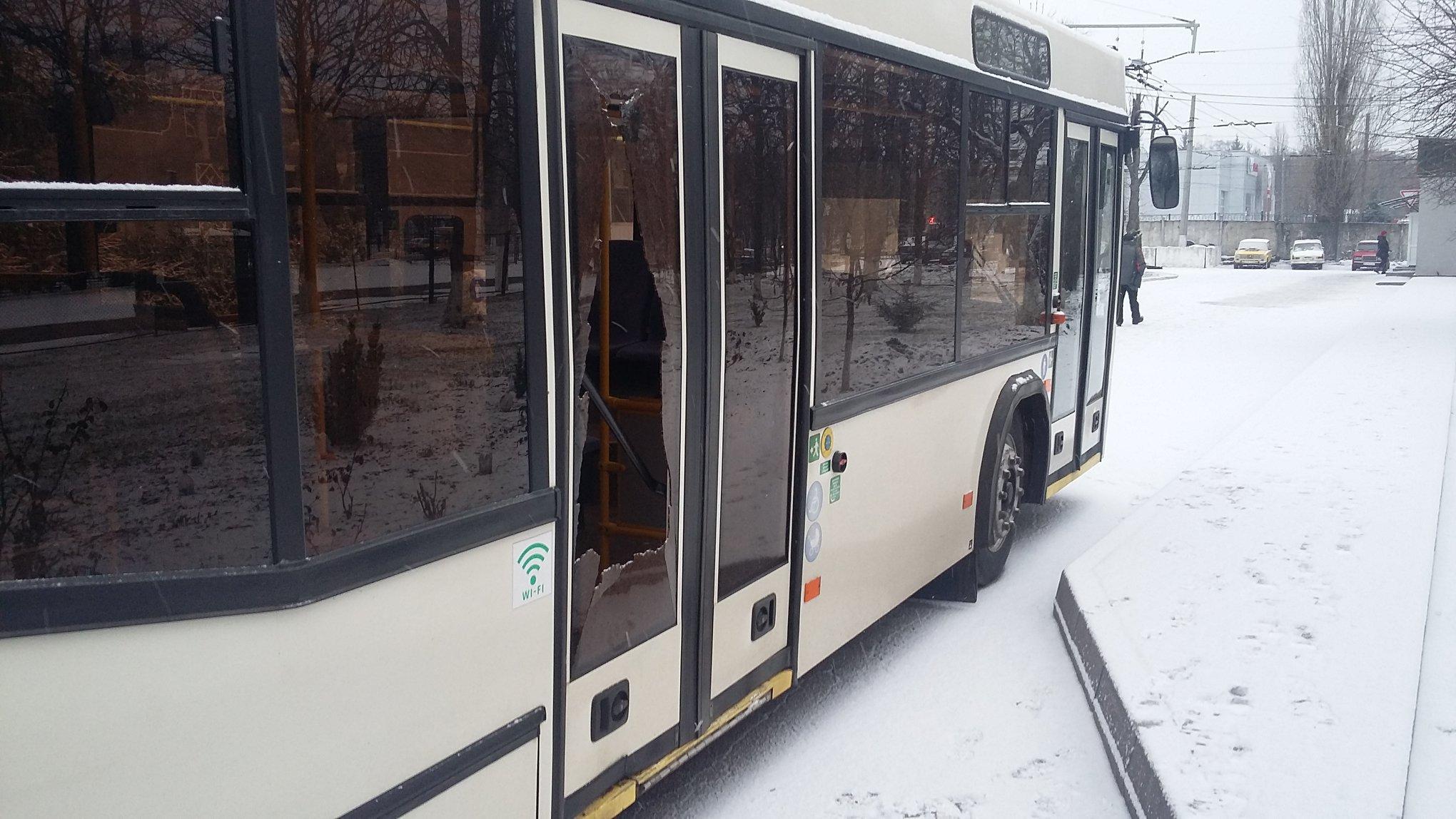 У Кропивницькому розбили скло в тролейбусі, який рухався по маршруту №9. ФОТО - 3 - Життя - Без Купюр