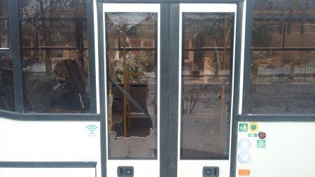 У Кропивницькому розбили скло в тролейбусі, який рухався по маршруту №9. ФОТО