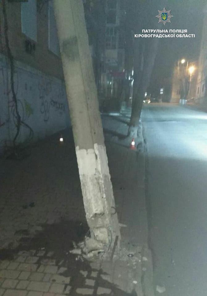 У Кропивницькому водій легкового автомобіля у стані сп'яніння збив електроопору. ФОТО 1