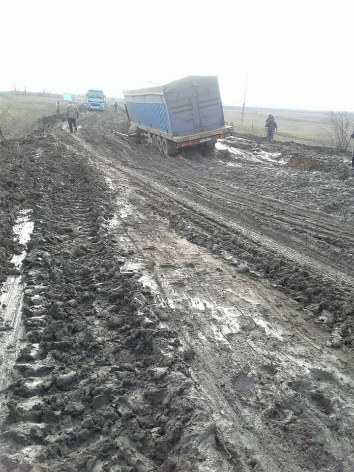 """На розбитій трасі """"Кропивницький-Миколаїв"""" утворився затор із вантажівок. ФОТО 6"""