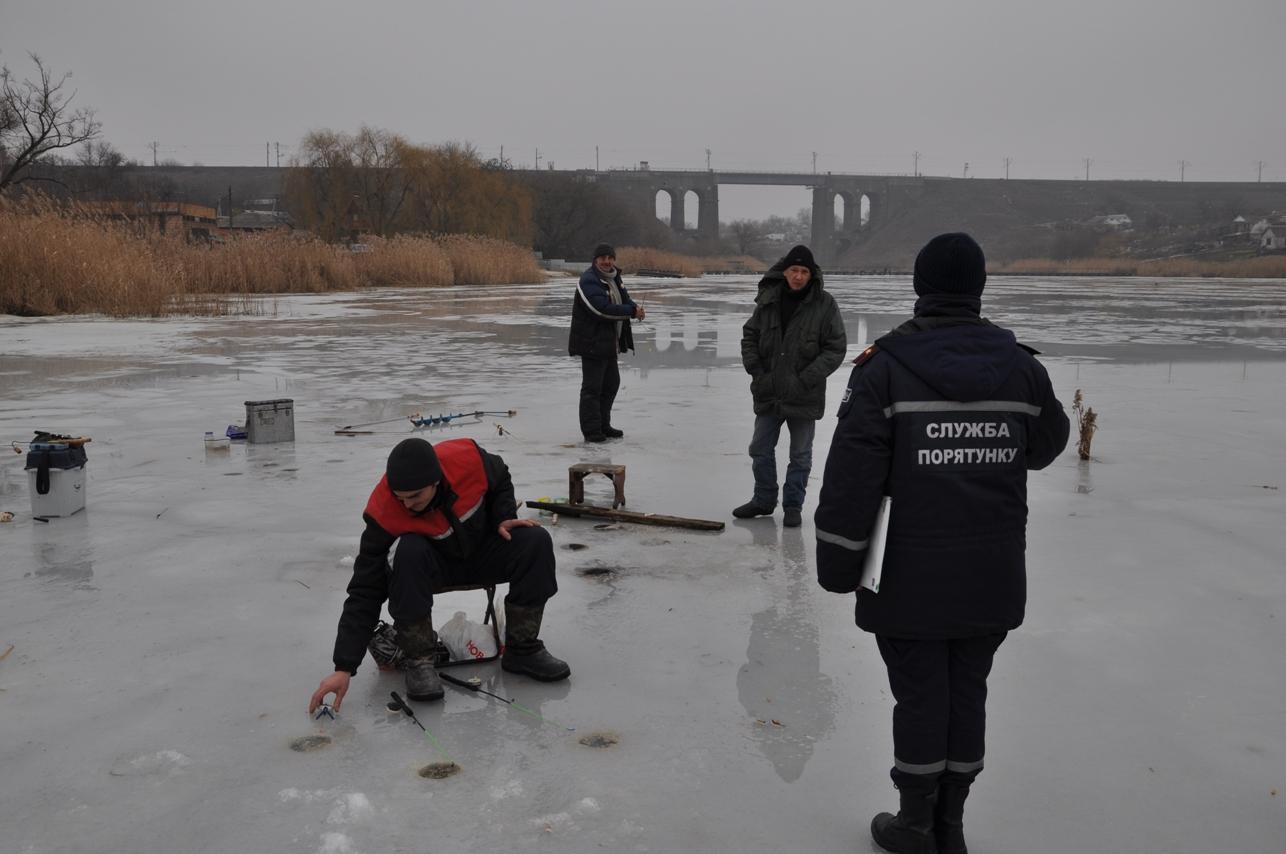 Без Купюр У Кропивницькому рятувальники намагалися напоумити відчайдухів, які у відлигу рибалять на кризі. ФОТО Життя  рятувальники рибалки Кропивницький крига відлига безпека