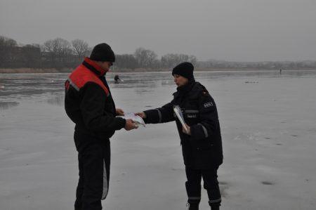 У Кропивницькому рятувальники намагалися напоумити відчайдухів, які у відлигу рибалять на кризі. ФОТО