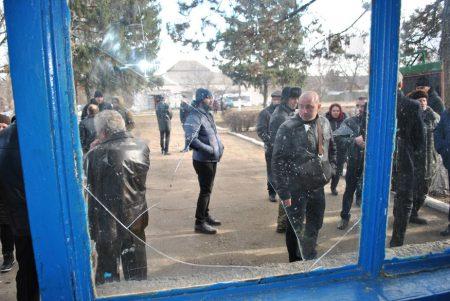 У Петрокорбівці на Кіровоградщині селян не пускали на сесію, де вирішувалося питання про створення ОТГ. ФОТО