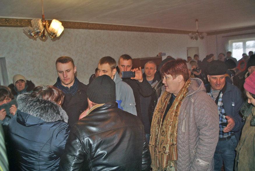 У Петрокорбівці на Кіровоградщині селян не пускали на сесію, де вирішувалося питання про створення ОТГ. ФОТО - 2 - Децентралізація - Без Купюр