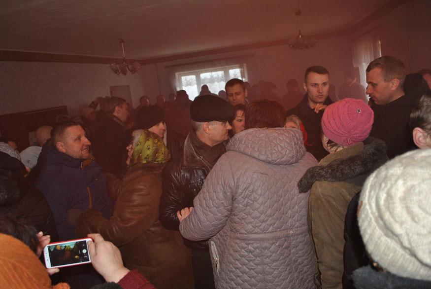 У Петрокорбівці на Кіровоградщині селян не пускали на сесію, де вирішувалося питання про створення ОТГ. ФОТО - 3 - Децентралізація - Без Купюр