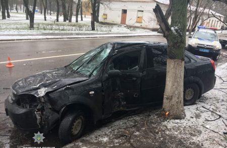 У Кропивницькому нетверезий водій злетів у кювет, вирвавши з коренем дерево. ФОТО