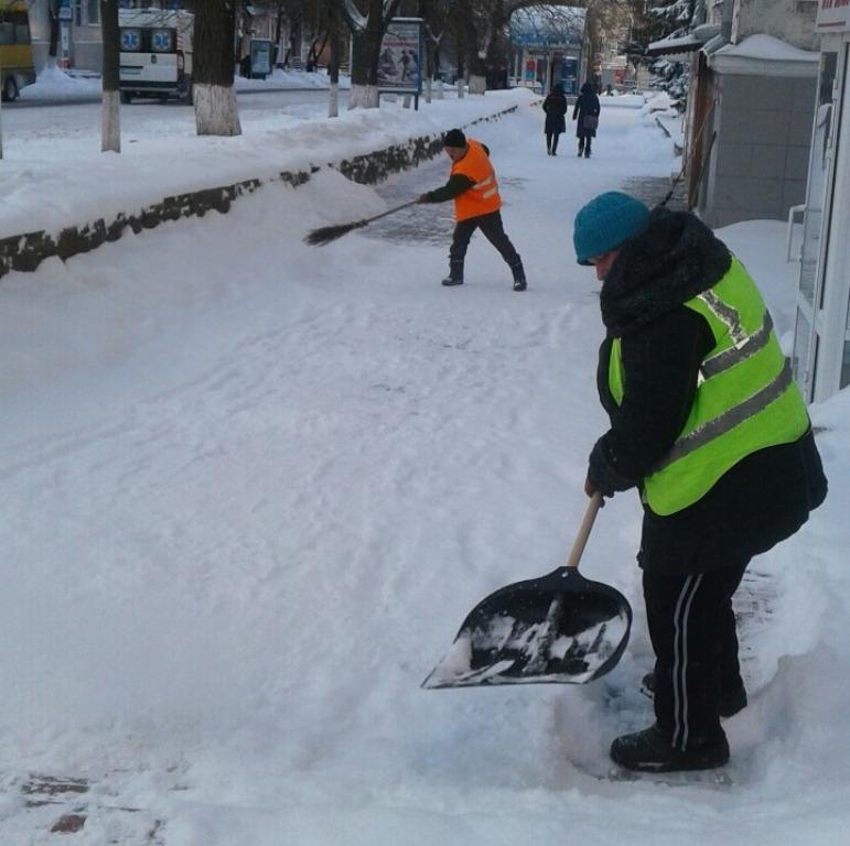 Без Купюр Де у Кропивницькому всю ніч і ранок розчищали дороги. ФОТО Події  розчистка доріг Кропивницький