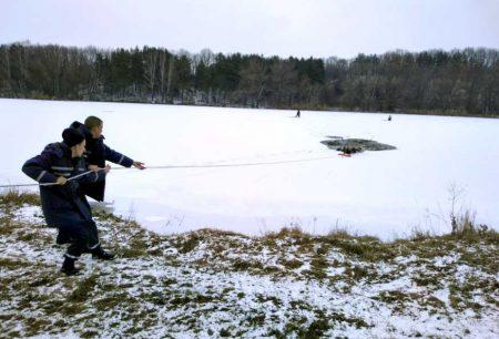 На Кіровоградщині врятували рибалку, який провалився під кригу. ФОТО