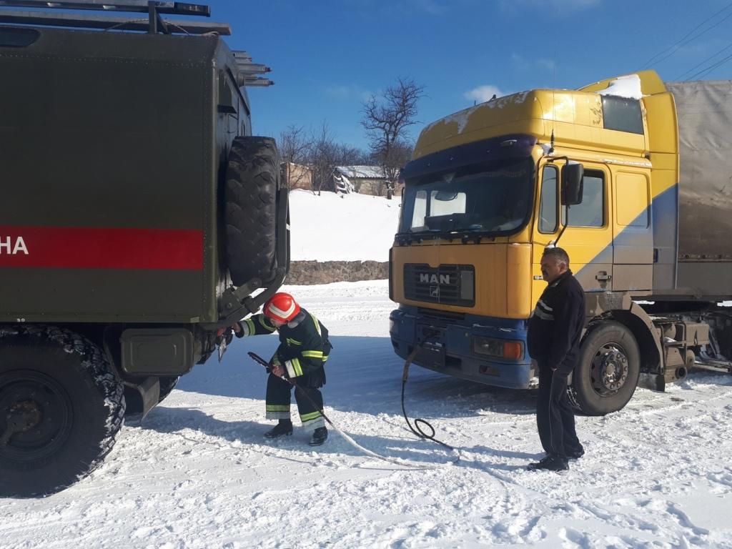 На Кіровоградщині рятувальники вилучили зі складних ділянок дороги 74 автомобілі. ФОТО 1