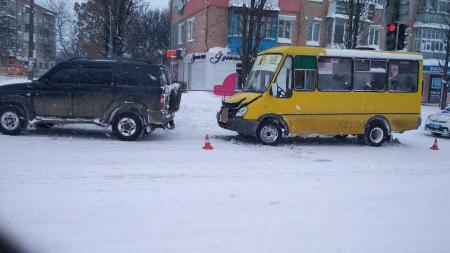 У Кропивницькому маршрутка врізалася в джип. ФОТО