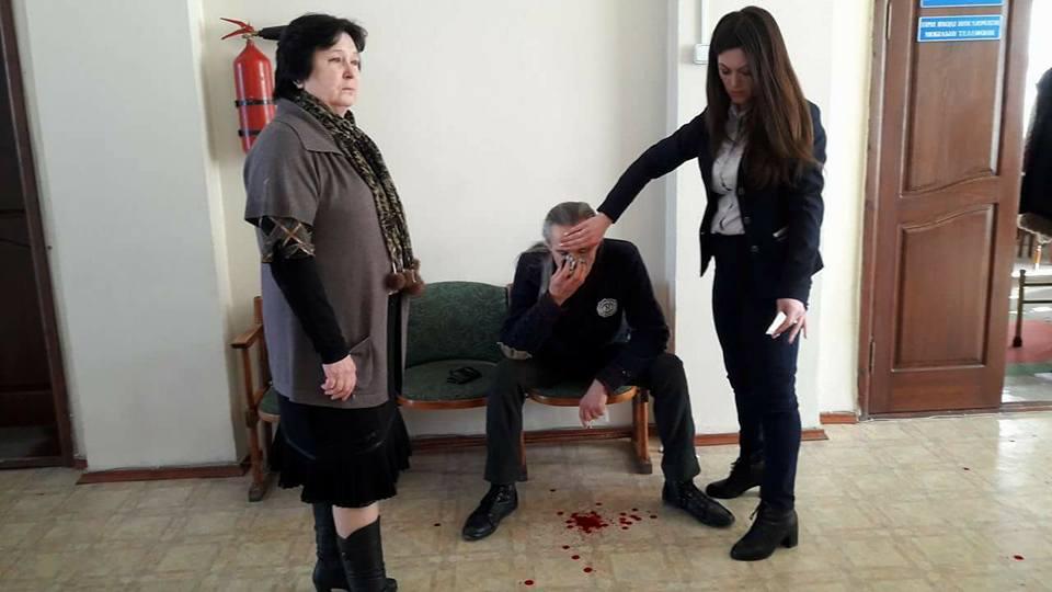 У Знам'янці в приміщенні міськради побили депутата, який виступав проти підвищення тарифу на проїзд. ФОТО 1