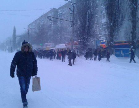 У Кропивницькому зранку знову шикувалися черги на зупинках, бо половина маршруток не завелася. ВІДЕО