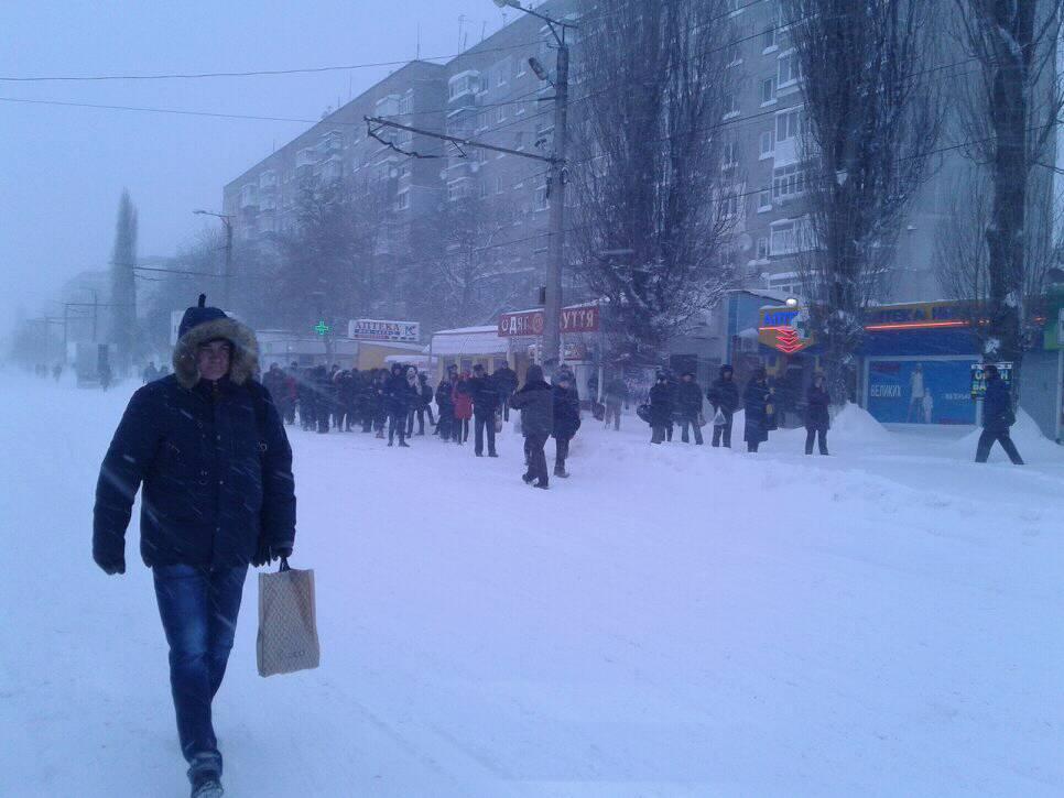 У Кропивницькому зранку знову шикувалися черги на зупинках, бо половина маршруток не завелася. ВІДЕО - 1 - Події - Без Купюр