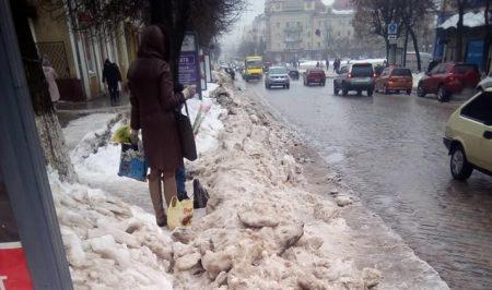 Завдяки комунальникам у центрі Кропивницького з'явилася зупинка з перешкодами. ФОТО. ВІДЕО