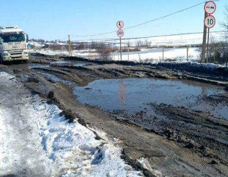 Люди обіцяють перекрити бетонними плитами ділянку шляху біля Возсіятського на трасі Миколаїв – Кропивницький. ВІДЕО
