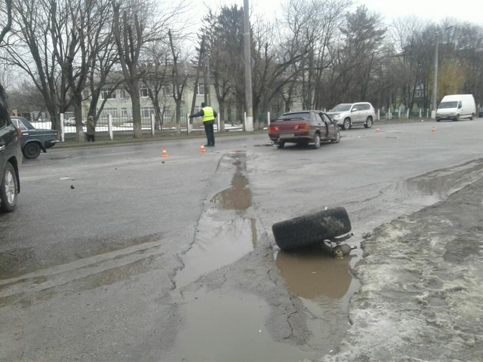 У Кропивницькому вітчизняне авто відірвало колесо позашляховику. ФОТО, ВІДЕО - 4 - Події - Без Купюр