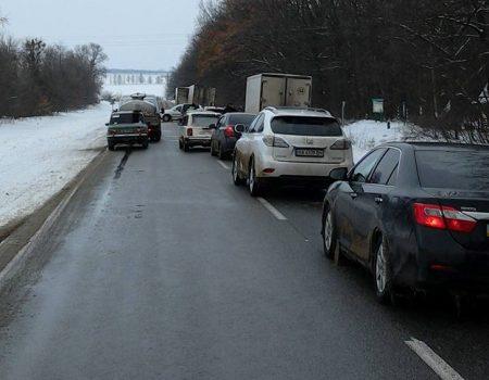 Під Новоархангельськом годину близько ста машин чекали на завершення акції аграріїв. ФОТО. ВІДЕО