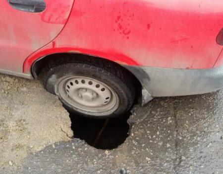 У Кропивницькому колесо автомобіля провалилося під асфальт. ФОТО, ВІДЕО