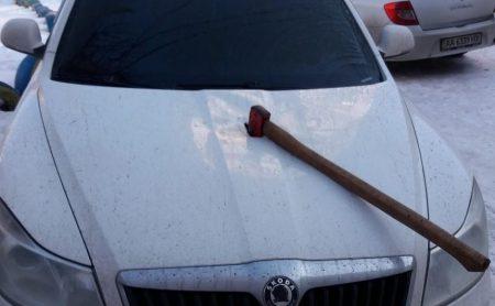 За фактом пошкодження сокирами автівок у Кропивницькому триває перевірка, провадження не відкрито. ФОТО