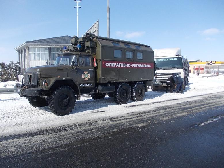 На Кіровоградщині рятувальники вилучили зі складних ділянок дороги 74 автомобілі. ФОТО 2