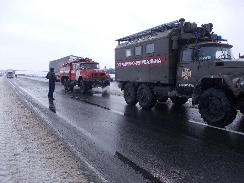 На Кіровоградщині рятувальники вилучили зі складних ділянок дороги 74 автомобілі. ФОТО 3
