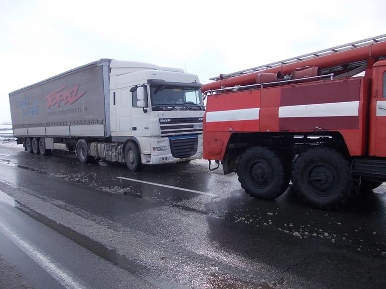 На Кіровоградщині рятувальники вилучили зі складних ділянок дороги 74 автомобілі. ФОТО 4