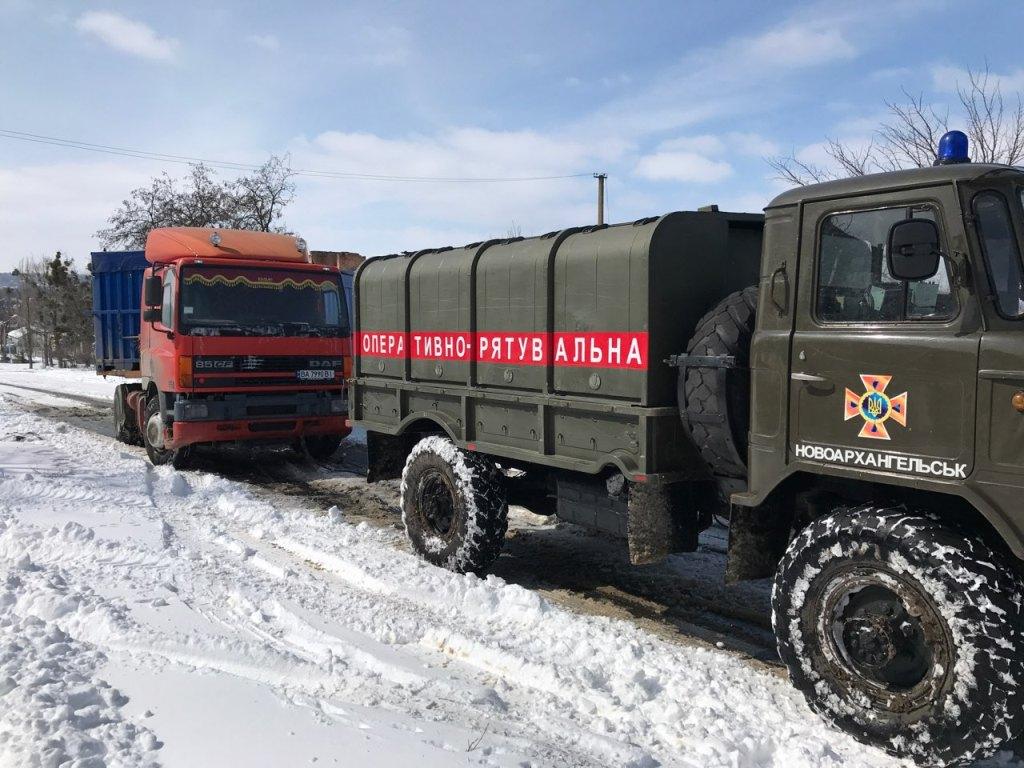 На Кіровоградщині рятувальники вилучили зі складних ділянок дороги 74 автомобілі. ФОТО 8