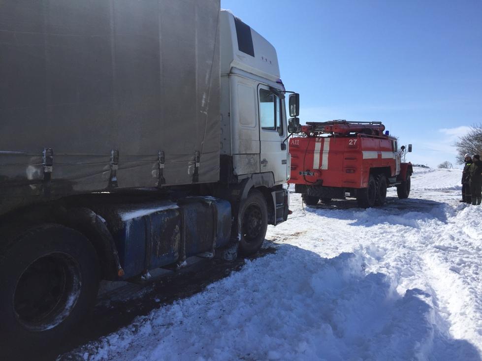 На Кіровоградщині рятувальники вилучили зі складних ділянок дороги 74 автомобілі. ФОТО 5