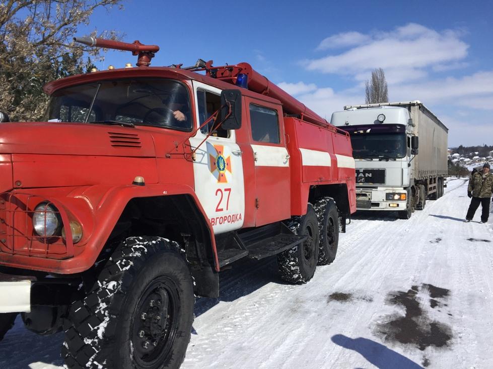 На Кіровоградщині рятувальники вилучили зі складних ділянок дороги 74 автомобілі. ФОТО 6