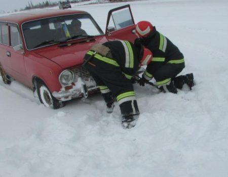 Як рятувальники Кіровоградщини витягали автомобілі зі снігу. ФОТО