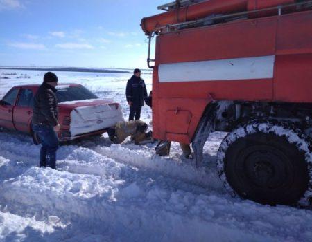 На Кіровоградщині рятувальники вилучили зі складних ділянок дороги 74 автомобілі. ФОТО