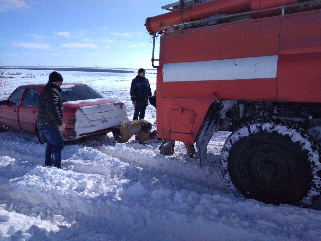 На Кіровоградщині рятувальники вилучили зі складних ділянок дороги 74 автомобілі. ФОТО 7