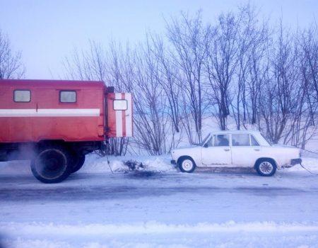 На Кіровоградщині рятувальники продовжують відбуксовувати машини із ускладнених ділянок доріг. ФОТО