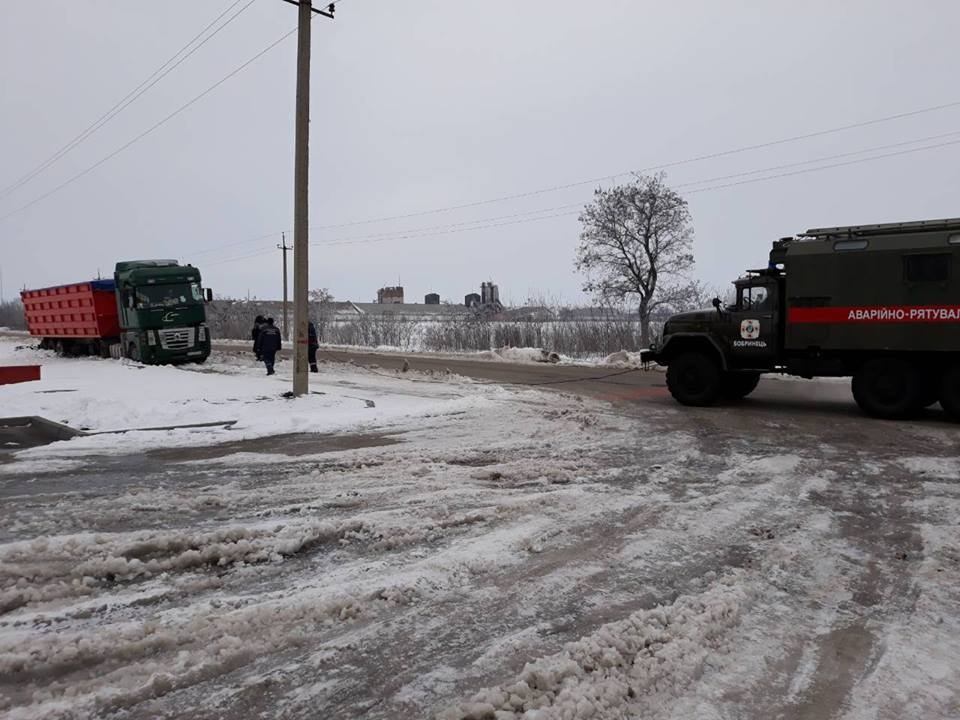 На Кіровоградщині рятувальники відбуксували 14 автомобілів на безпечні ділянки дороги. ФОТО - 1 - Життя - Без Купюр