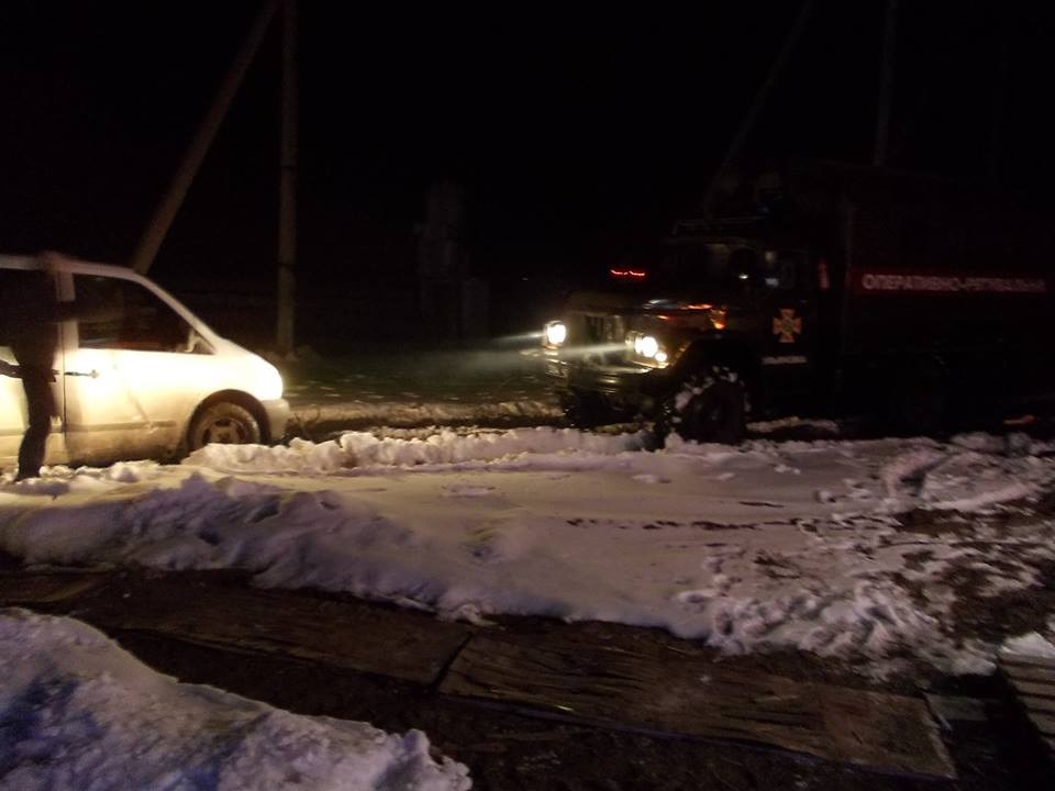 На Кіровоградщині рятувальники відбуксували 14 автомобілів на безпечні ділянки дороги. ФОТО - 3 - Життя - Без Купюр
