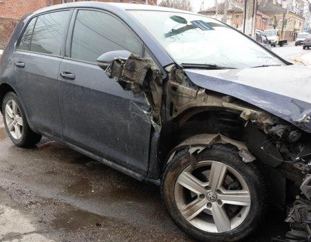 У Кропивницькому Volkswagen в'їхав у припаркований ВАЗ. ФОТО
