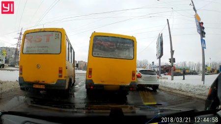 У Кропивницькому в маршрутки посеред дороги відвалилося колесо. ВІДЕО