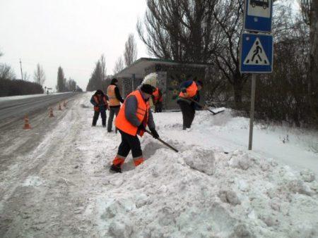 У Знам'янці до прибирання снігу залучили безробітних. ФОТО